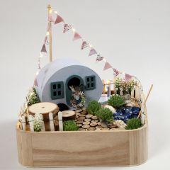 Campingplats i miniatyr på bricka