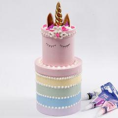 Regnbågstårta av runda askar som dekoreras med Silk Clay Creamy