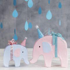 Dekorerad elefant med hobbyfärg och en liten partyhatt