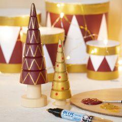 Julgran i trä dekorerad med hobbyfärg och hobbyfärg i tuschpenna.