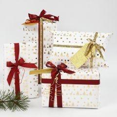 Presentinslagning i vitt och guld dekorerad med band och figurer i bonzaitråd