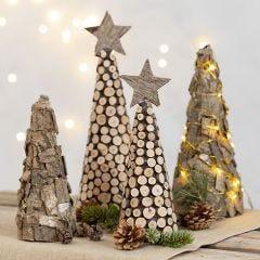Julgran av frigolitkägla med bark och träskiva.