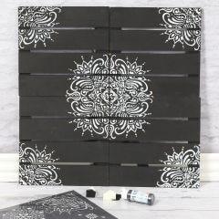 Väggdekoration dekorerad med etniska mönster efter stencil