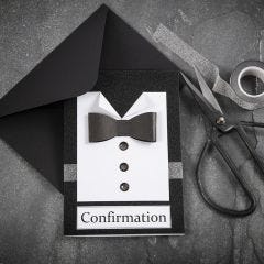 Svart/vit konfirmationsinbjudning med skjorta och fluga i strukturpapper med knappar av rhinestones