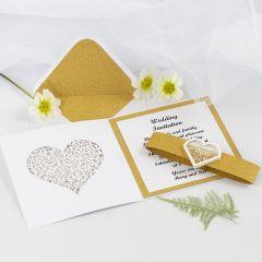 Bröllopsinbjudning med glittrande guldpapper och shakerhjärta