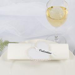 Servettring och bordskort till bröllop av kartonghjärta och satinband