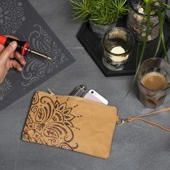Clutch/kuvertväska av läderpapper med etniskt mönster gjod av brännpenna