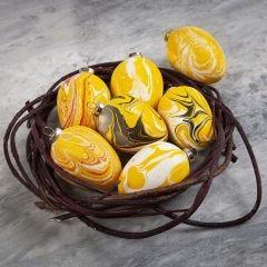 Ägg av terrakotta dekorerade med marmoreringsfärg