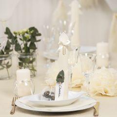 Bordsdukning och bordsdekoration i råvit med pappersblommor, ballonger, servetter vikta som torn och bordskort.