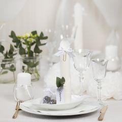 Bordsdukning och bordsdekoration i vit med pappersblommor, ballonger, servetter vikta som torn och bordskort.