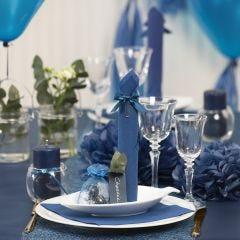 Bordsdukning och bordsdekoration i mörkblå med pappersblommor, ballonger, servetter vikta som torn och bordskort.