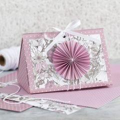 Rosa presentask med rosett och designpapper