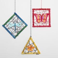 Hängande dekorationer med konstruktionspinnar och utstansade sommarfigurer