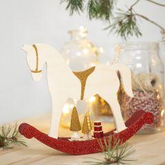 Gunghäst med miniföremål dekorerade med hobbyfärg, glitter och pärlor