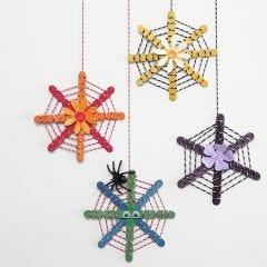 Dekorationer av konstruktionspinnar dekorerade med snören och utstansade blommor.