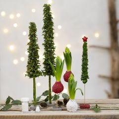 Julgranar och juldekorationer av levande grönt, dekorerade med miniglaskulor.