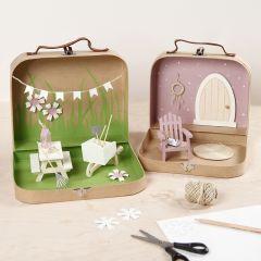 Små väskor förvandlade till en trädgårdsvärld med färg, minimöbler och tillbehör