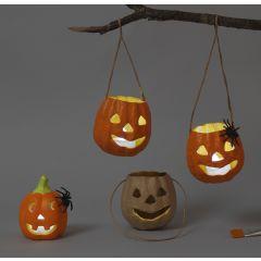 Pumpalanternor av papp och terrakotta till halloween