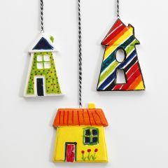 Hängande, färgglada hus av porslin