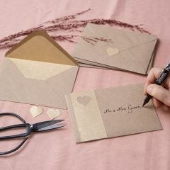 Kuvert i kvistpapper dekorerad med guldpapper