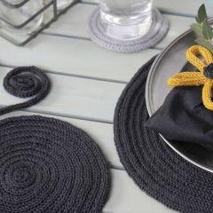 Bordstablett och underlägg gjorda av tubstickat