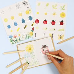 Lär dig hur man rita insekter och blommor i en naturbok.