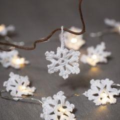 Virkade snöflingor av bomullsgarn