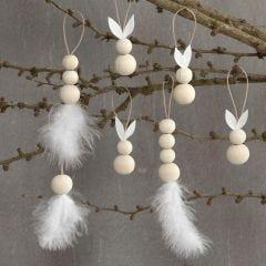 Hängande dekorationer med harar, fjädrar och träpärlor.