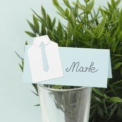 Bordskort till konfirmation dekorerad med skjorta och slips i kartong