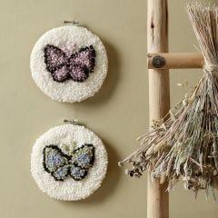 Fjäril i broderiram med punch needle