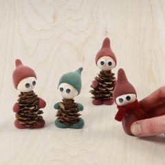 Tomtenissar gjorda av grankottar och Silk Clay