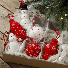 Träfigurer och julkulor till upphängning dekorerade med hobbyfärg.
