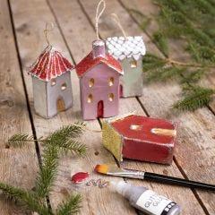 Julhus till upphängning dekorerad med metallicfärg och glitter