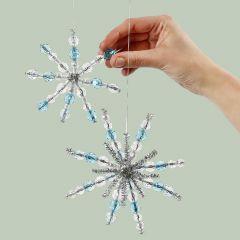 Snöflinga av piprensare och pärlor