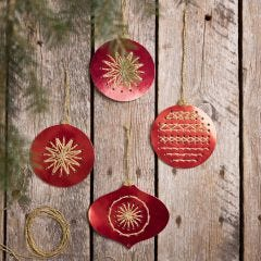 Broderade julkulor av sykartong