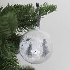 Julkula med hål dekorerad med konstgjord snö och minifigurer