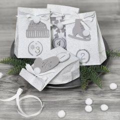 Adventspaket dekorerade med pappersklipp och pompomer