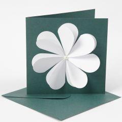 Ett kort med en fin blomma tillverkad av utstansade hjärtan.