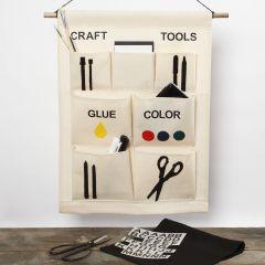 En hängande organiser med fickor för dina pysselsaker.