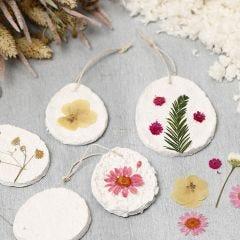 Dekoration av papiermachépulp med torkade blommor