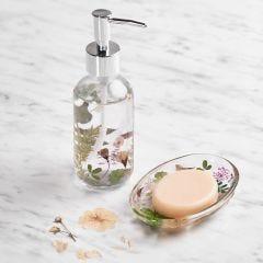 Tvålkopp och tvålpump med torkade blommor