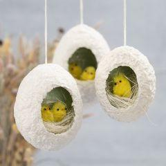 Påskägg av pulp med hål, dekorerad med kycklingar i rede