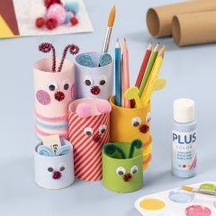 Pennställ av pappersrör dekorerade med hobbyfärg och basartiklar till hobby
