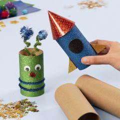 Rymdraket och alien av papprör dekorerad med bas hobbyprodukter