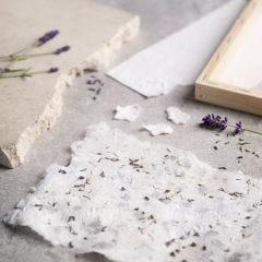 Så här gör du handgjort papper med kartong och torkad lavendel