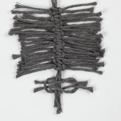 Så här knyter du fjädrar med en flatknut (Feather Square Knot)