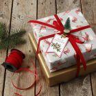 Julklappsinslagning dekorerad med minigran på klämma.