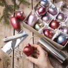 Julkulor av trä dekorerad med Art Metal färg och folie