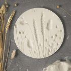Platta av självhärdande lera med avtryck av torkade blommor