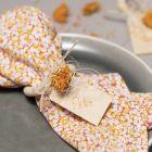 Servetter av patchworkstyg med servettring och torkade blommor